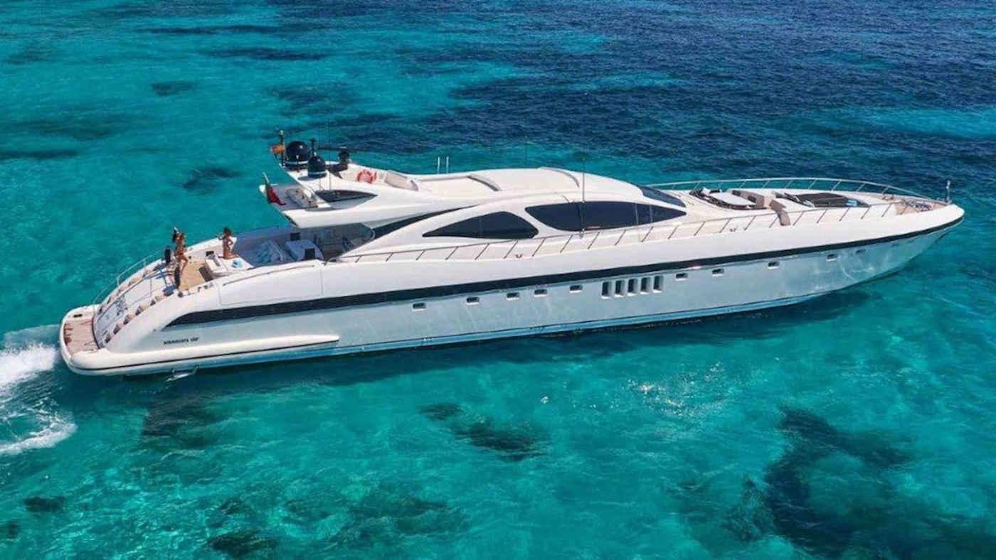 4-1-3_Karibik-Motoryacht-Charter-Mieten-Luxus_1