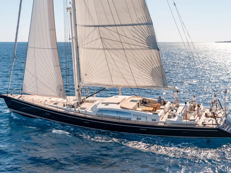 201_Luxus-Segelyacht-CNB-95-Yacht-Charter-Mieten_01